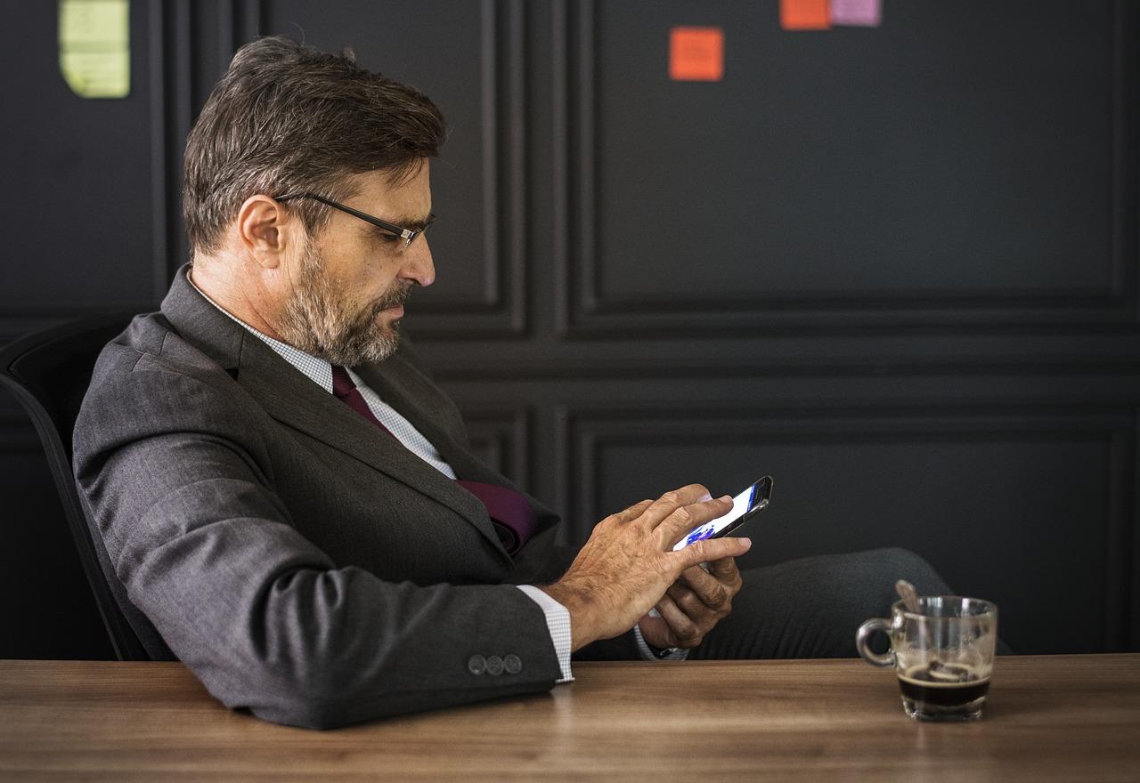 Смартфон портит зрение: 9 простых лайфхаков как защитить