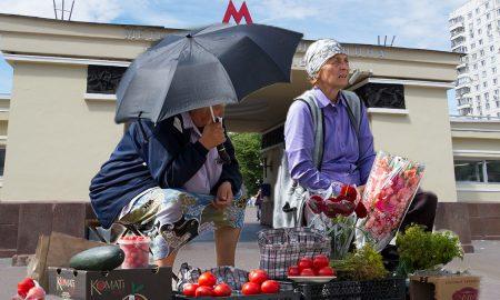 Бабушки и другие разводилы у метро